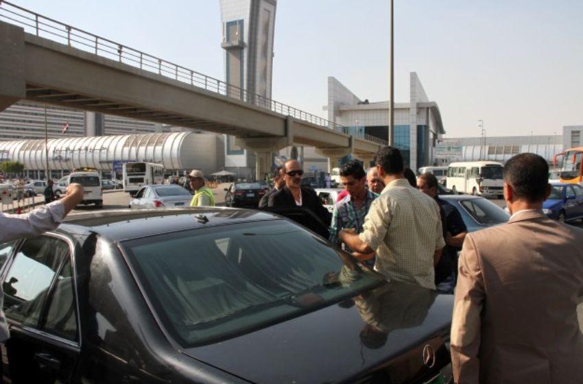 محمد يغادر المطار مع السفير