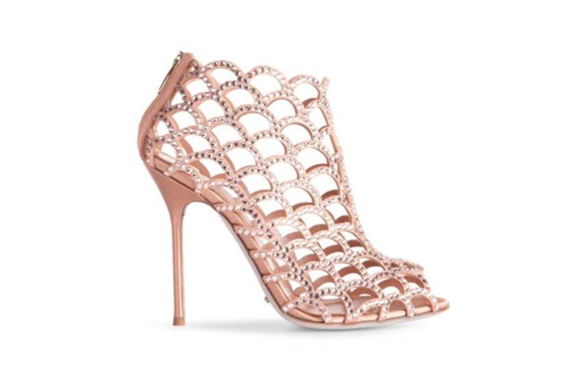 أحذية حيرت السندريلا ساعدوها على اختيار الأجمل