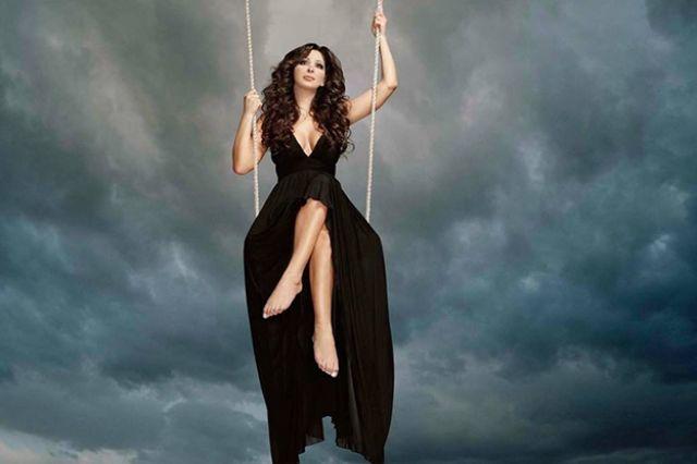 صورة لإليسا غلاف أحد ألبوماتها الماضية