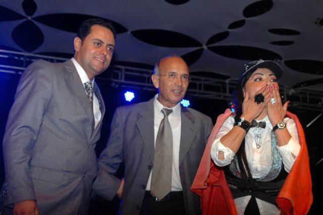 """صور وفيديو: فلة الجزائرية تدعو لفتح الحدود مع المغرب وتغني """"الجزائر الشهيدة"""" مع أختها"""