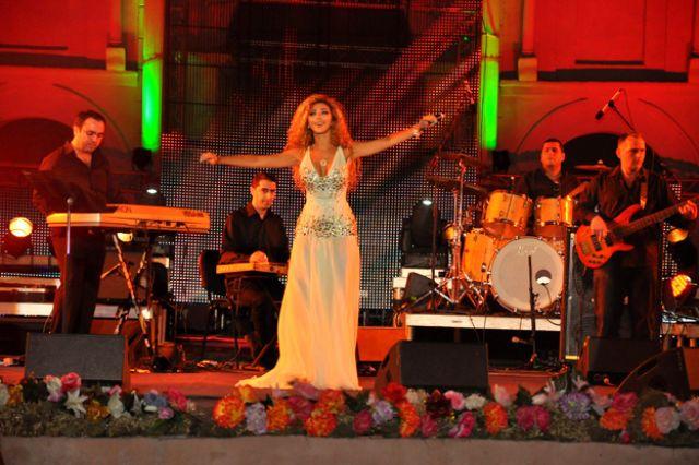 ميريام فارس ترقص باللبناني والخليجي ..وتسأل جمهور تيمقاد الرقص الجزائري 2.jpg