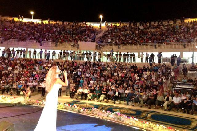ميريام فارس ترقص باللبناني والخليجي ..وتسأل جمهور تيمقاد الرقص الجزائري 6.jpg