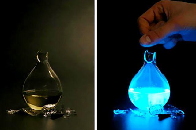 المصباح يعطي ضوءا أزرقا