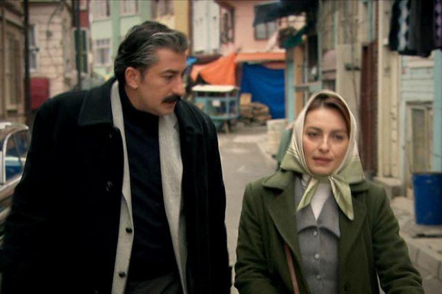 إيجا بينجول وأركان بتككيا في مشهد من مسلسل على مر الزمان