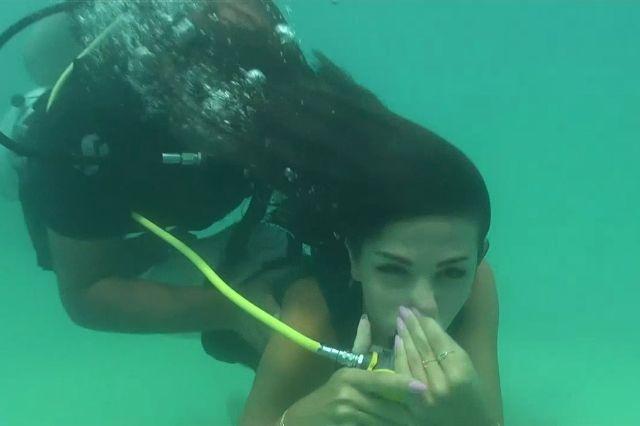 نيللي في صورة من برنامج رامز قرش البحر