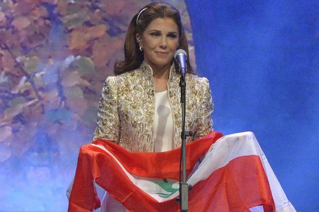 ماجدة الرومي تحمل علم لبنان في نهاية حفلها