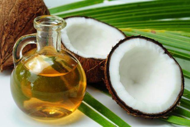 10 وصفات طبيعية ورخيصة لفرد الشعر في البيت خلال العيد.. جربيها  Coconut-oil-benefits