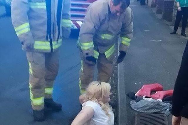 رجال الإطفال يحاولون إخراج الفتاة