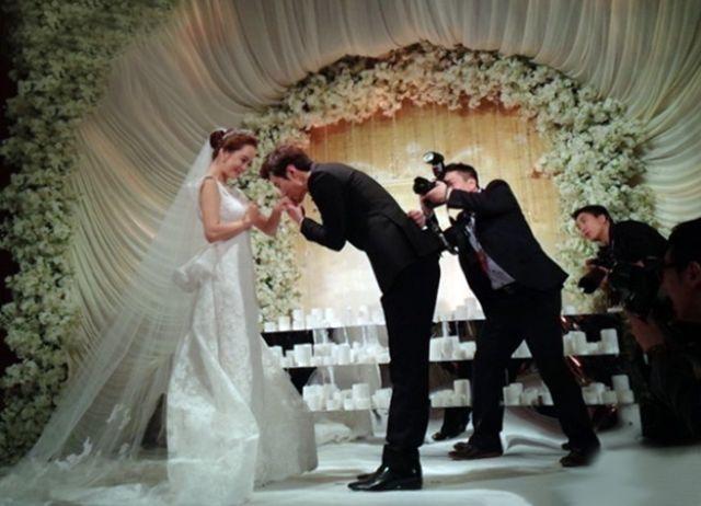 قبلة من العريس ليد عروسته
