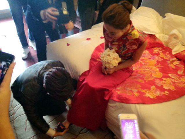 العريس Gao Zi Qi يُلبس تشاي ريم الحذاء