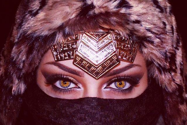 مكياج صارخ للمرأة العربية