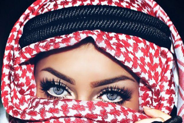 منار لا تكشف إلاّ عينيها