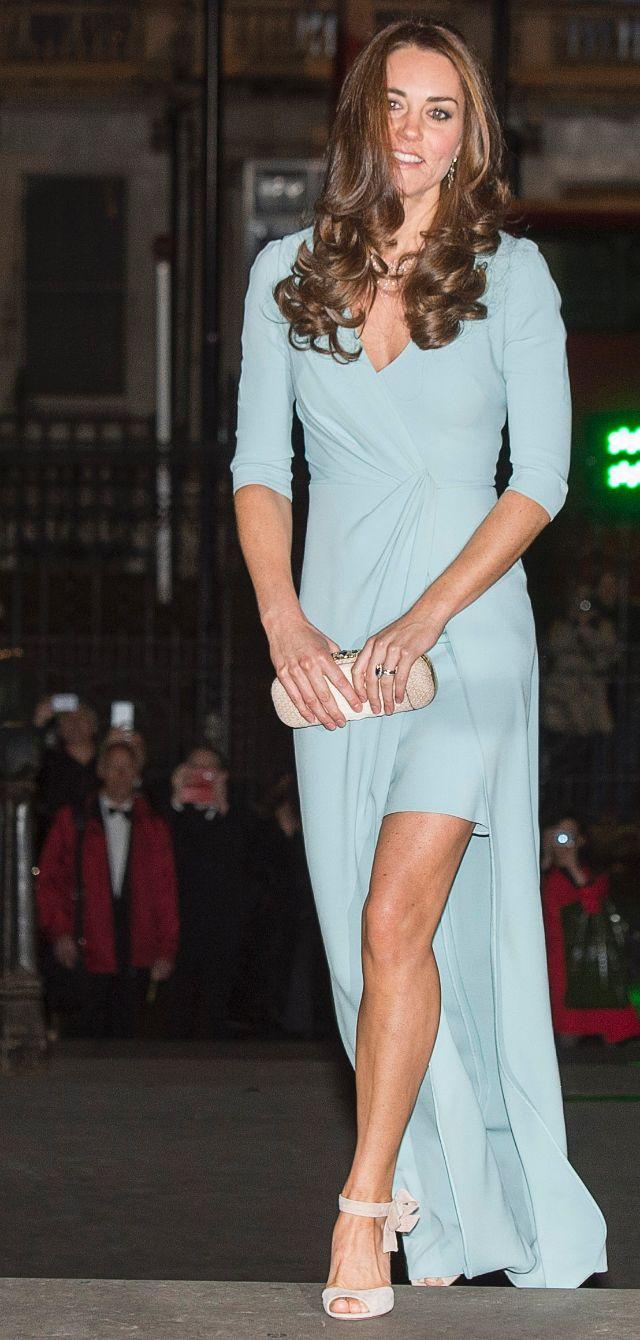 كيت بثوب أزرق من جيني باكهام