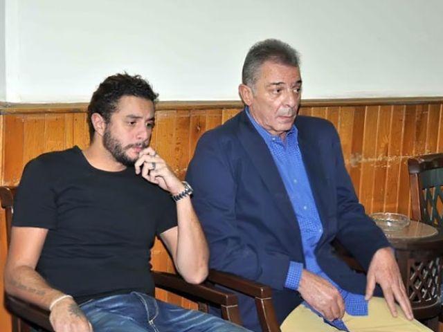 الفيشاوي إلى جانب محمود حميدة في عزاء والدة المخرجة كاملة ابوذكري