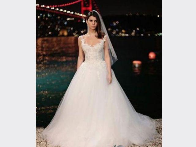 بيرين سات في إطلالة فستان الزفاف
