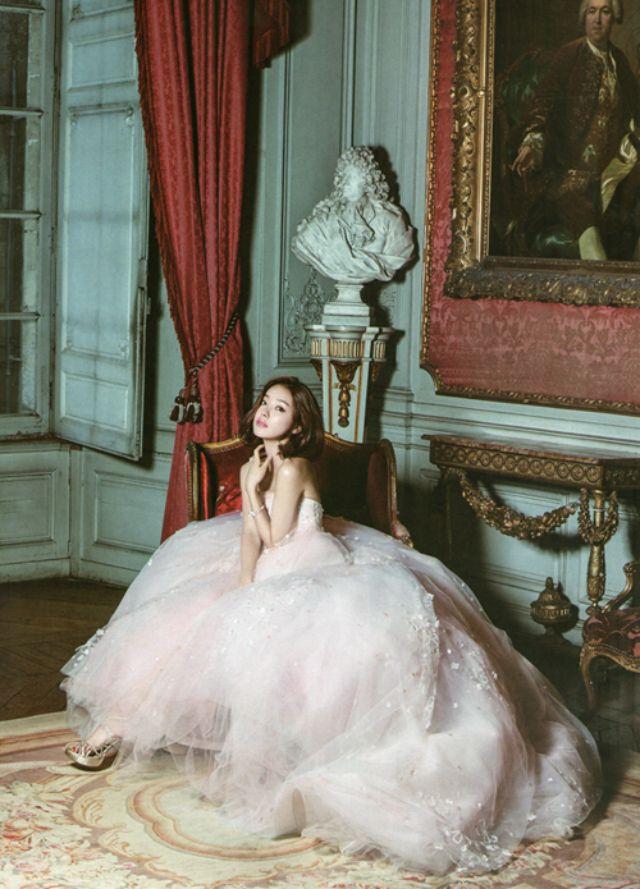 النجمة الكورية سي يو هيون بإطلالة فستان الزفاف