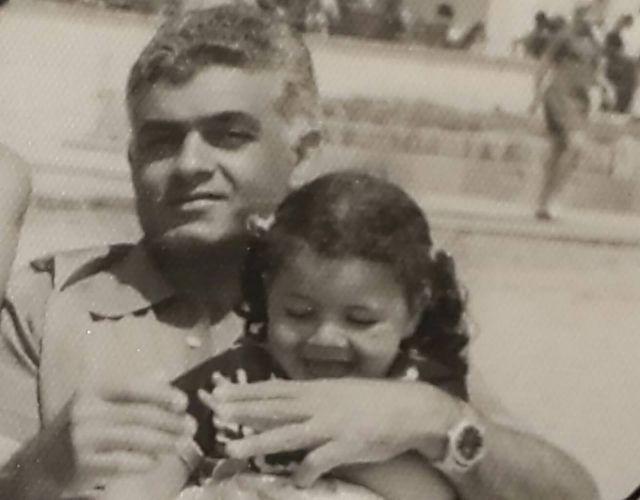 نجلاء بدر مع والدها وهي في سن الثالثة