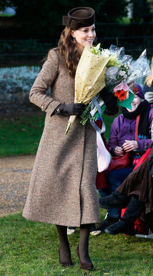 الأميرة كيت تحمل الأزهار صباح عيد الميلاد فى كنيسة بشرق لندن