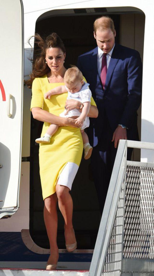الأمير ويليام والأميرة كيت وإبنهما الأمير جورج أثناء وصولهم لأحد مطارات لندن  عائدين من نيوزيلندا