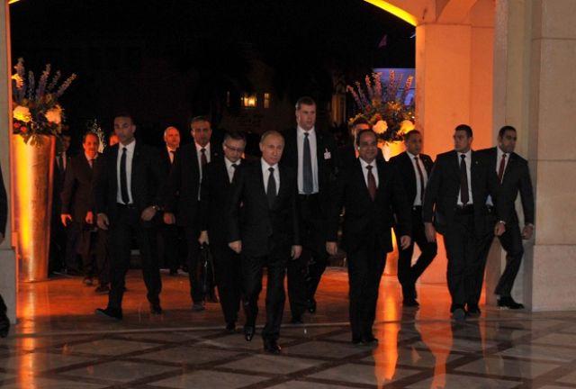الرئيس الروسي برفقة الرئيس عبد الفتاح السيسي وفي الخلفية الحارس الشخصي العملاق لبوتين
