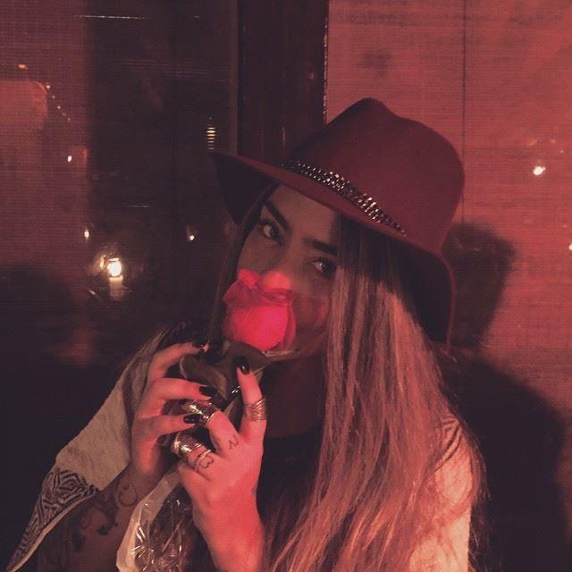 رافييلا تحمل الوردة