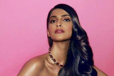 لفتت الممثلة الهندية سونام كابور الانظار في مهرجان كان