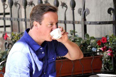 نادلة مقهى توبّخ رئيس الوزراء البريطاني لتجاوزه طابور الإنتظار
