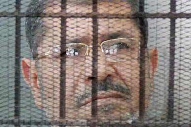 محمد مرسي يتابع الانتخابات من محبسه وينفعل ويصرخ في الزنزانه