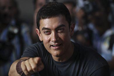 """عامر خان ينقذ نفسه من """"PK"""" بهذا البوستر Aamir Khan bu posteri """"PK"""" kendini kurtarır2014"""