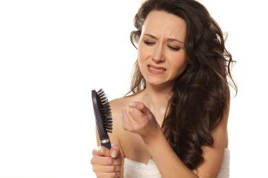 تساقط الشعر... كابوس يؤرق الشباب