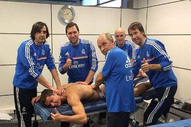 رونالدو مع الفريق الطبي لريال مدريد