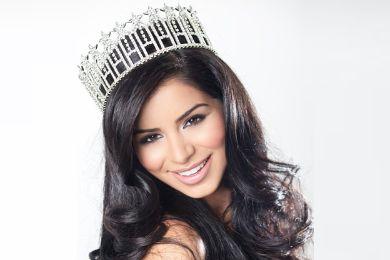 """صورة: ملكة جمال أمريكا تثير غضب جمهورها بوشم """"آية قرآنية"""" على خصرها"""