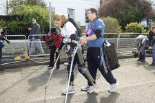 كلير وزوجها يساندها لإنهاء السباق