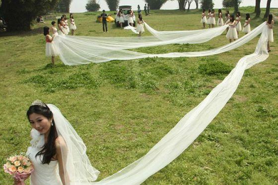 فستان زفاف طوله 520 مترا يتطلب 20 فتاة لحمله