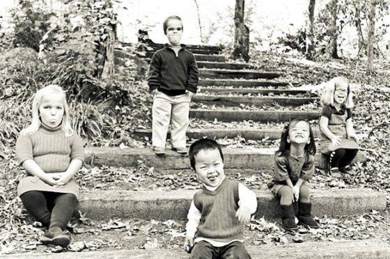 بالصور.. أكبر أسرة من الأقزام في العالم سعيدة بمرض القصر  2_XL