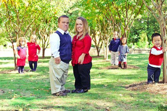 بالصور.. أكبر أسرة من الأقزام في العالم سعيدة بمرض القصر  3_XL