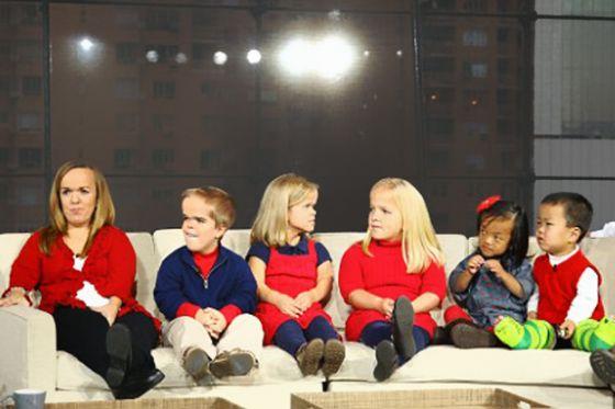 بالصور.. أكبر أسرة من الأقزام في العالم سعيدة بمرض القصر  MAIN_XL