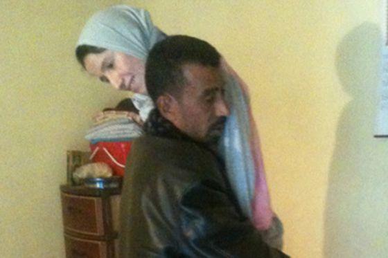 بالصور.. جزائري يحمل زوجته على كتفيه منذ 5 سنوات بعد إصابتها بشلل 11
