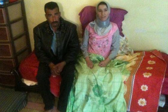 بالصور.. جزائري يحمل زوجته على كتفيه منذ 5 سنوات بعد إصابتها بشلل 2