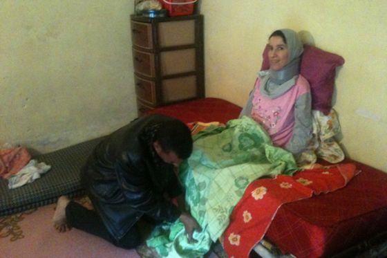 بالصور.. جزائري يحمل زوجته على كتفيه منذ 5 سنوات بعد إصابتها بشلل 3