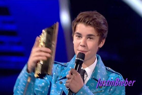"""المغني الكندي الشاب """"جاستين بيبر"""" يبهر الفرنسيين بلباسه المميز وبسترته الزرقاء في حفل توزيع جوائز """"ميوزيك أوورد 2012"""". Main"""