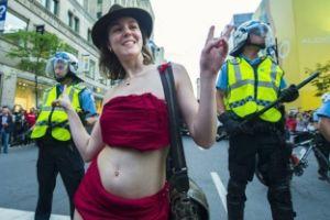 متظاهرون شبه عراه احتجاجا علي فورميولا 1