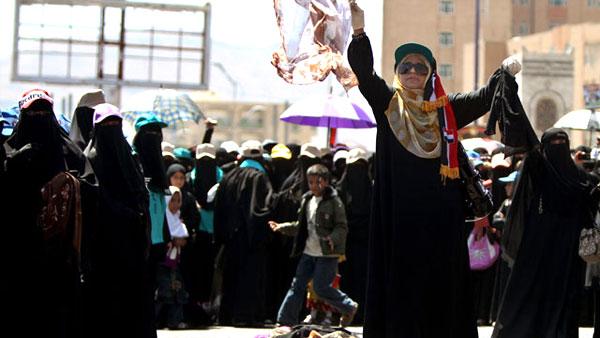 يمنيات يحرقن البرقع والحجاب احتجاجا على حكم صالح وسط العاصمة صنعاء.