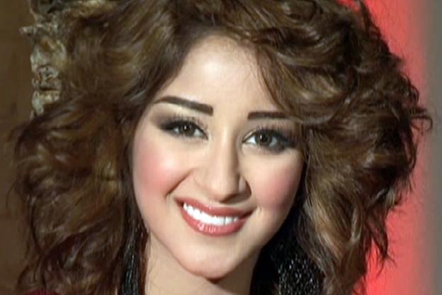 صور: أسيل عمران تظهر جمالها وأناقتها بـ4 أساور ذهبية في تصميم واحد