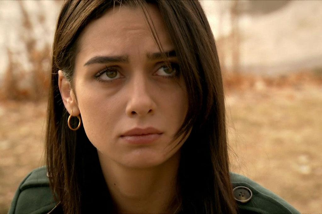 حياة الممثلة التركية برجي أكلاي بطلة مسلسل حب في مهب الريح مع صورها