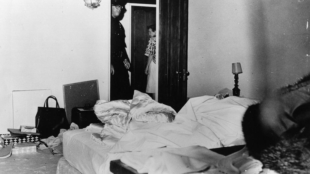 في الذكرى ال 53 لمقتل الفنانه العالمية مارلين مونرو نكشف لكم حقائق بالصور لاول مره من داخل غرفتها التى شيع انها انتحرت بداخلها 7 7/8/2015 - 1:52 م