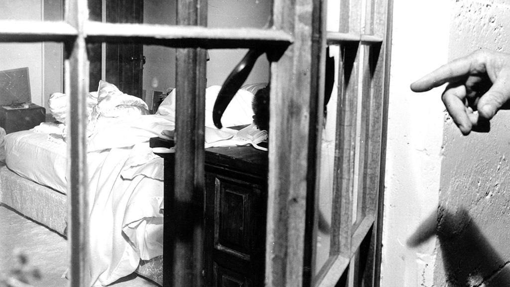 في الذكرى ال 53 لمقتل الفنانه العالمية مارلين مونرو نكشف لكم حقائق بالصور لاول مره من داخل غرفتها التى شيع انها انتحرت بداخلها 6 7/8/2015 - 1:52 م