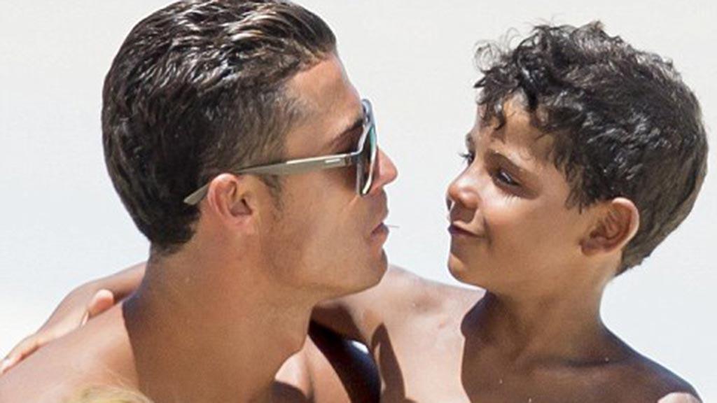 صور.. كيف يجيب رونالدو على ابنه عندما يسأله من هي أمي؟