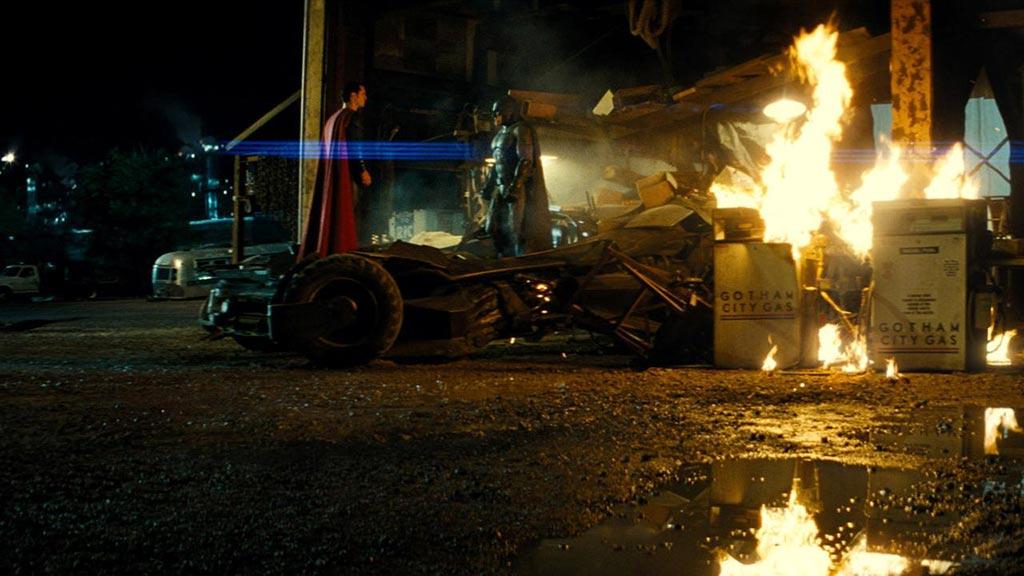 في قلب النيران تشتعل المواجهة.. شاهد الحرب الرهيبة بين باتمان وسوبرمان