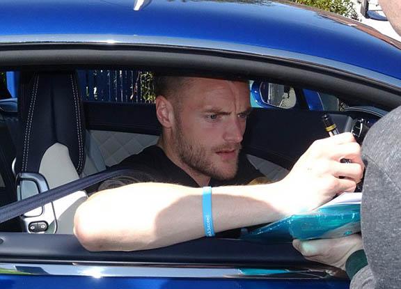 فاردي في سيارته الجديدة